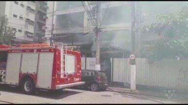 Princípio de incêndio atinge obra abandonada em Santos, SP - Incidente não deixou feridos.