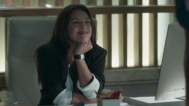 Laura avisa Valentina que tentará retomar casamento com Gabriel - Ela aparece no escritório para afrontar a empresária e avisa que será hóspede dos Marsalla em Serro Azul