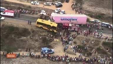 Cinco pessoas morrem e 27 ficam feridas em acidente com ônibus escolar na Bahia - Uma carreta bateu de frente com o ônibus escolar que levava estudantes que iriam participar de um concurso de fanfarras na cidade de Antônio Cardoso.