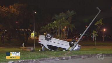 Carro capota na orla da Lagoa da Pampulha, em Belo Horizonte - Antes de capotar, o motorista ainda bateu em um carro que presta serviço de transporte por aplicativo. A traseira e a lateral ficaram amassadas e arranhadas, mas ninguém se feriu.