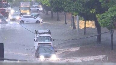 Rio de Janeiro está em estágio de atenção por causa da chuva forte - Desde a madrugada desta segunda-feira (26), chove mais forte, em praticamente todas em regiões da capital fluminense. Os motoristas enfrentam pontos de alagamento, com bolsões d'água. Segundo a Defesa Civil, sirenes já tocaram em cinco comunidades.