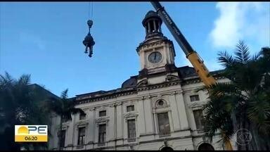 Peça de relógio que ameaçava cair é retirada da Faculdade de Direito do Recife - A estrutura, chamada de minarete, sofreu uma inclinação na cúpula.. Cinco áreas da faculdade foram interditadas para não haver riscos.