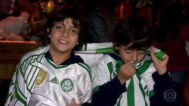 Torcedores palmeirenses festejam o décimo título do Campeonato Brasileiro - Jogadores desembarcaram em São Paulo domingo à noite e comemoraram o título com a torcida.