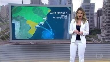 Segunda (26) com queda de temperatura no Sudeste e risco de chuva em quase todo o país - Um sistema de alta pressão está mandando vento frio e úmido em direção ao Sudeste. A previsão de temporal é para o norte do Rio, mas pode chover o dia inteiro em todo o estado. Chove forte no Espírito Santo, em boa parte da Bahia, Piauí e Maranhão.