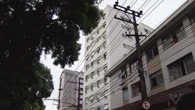 Apartamento pega fogo em Santos e nove pessoas precisaram de atendimento médico - Algumas pessoas se arriscara para salvar quem estava no meio do incêndio.