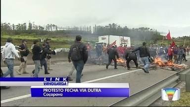 Manifestantes interditam Dutra por quase 2h em Caçapava - Os manifestantes invadiram a pista no km 120 no sentido São Paulo da rodovia por volta das 6h30. O grupo interditou a pista e ateou fogo em pneus. Pista foi liberada por volta das 8h20.