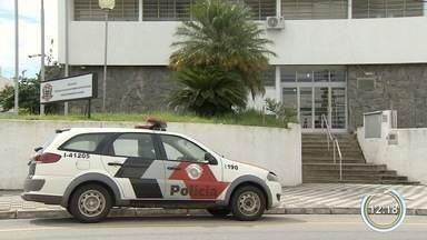 Jovem morre após ser esganada e jogada de escada por homem em Jacareí - Crime aconteceu neste sábado durante uma festa em uma casa no bairro Jardim Colinas. Homem foi preso em flagrante.