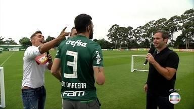Jogadores do Palmeiras fazem desafio do peteleco com Caio Ribeiro e Ivan Moré - Jogadores do Palmeiras fazem desafio do peteleco com Caio Ribeiro e Ivan Moré