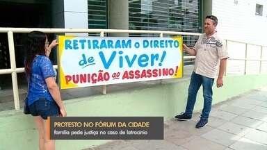 Protesto é feito em frente ao Fórum de Rio Grande - Familiares de homem morto há quatro meses na cidade se mobilizaram pedindo justiça.
