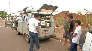 Grupo de amigos mostram como é viajar morando em uma Kombi - O grupo de amigos viaja e mora nos veículos, atividades como comer ou dormir se tornam aventuras contadas pelo grupo.