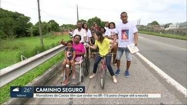 Moradores da Vila Sapê, em Caxias, têm que andar no acostamento da BR-116 - A prefeitura disse que vai construir uma ciclovia paralela a estrada para que os pedestres consigam andar pelo bairro com segurança.