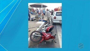 Motociclista é socorrido após bater em carro no centro de Ladário - Ele foi socorrido pelo Corpo de Bombeiros e levado para hospital da cidade.