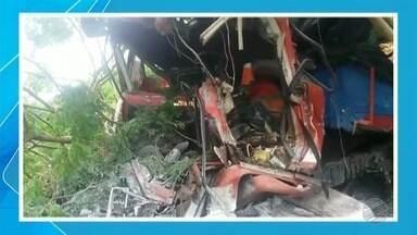 Freio não funciona e caminhão bate em árvores - Motorista boliviano ficou preso nas ferragens e segue internado em Corumbá.