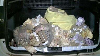 Polícia do MA prende pessoas que recolheram dinheiro espalhado em ataque a banco - Moradores de Bacabal, no Maranhão, receberam em casa a visita de policiais militares. Dinheiro que foi roubado de um banco acabou se espalhando pela cidade.
