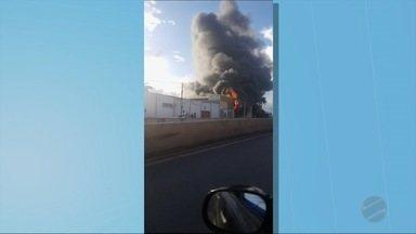 Loja de estofado de automóveis foi totalmente destruída pelo fogo - Loja de estofado de automóveis foi totalmente destruída pelo fogo