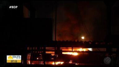 Caminhão de transporte de produtos inflamáveis pegou fogo dentro de fábrica em Icoaraci - Moradores ficaram preocupados com a chamas que poderiam chegar às casas