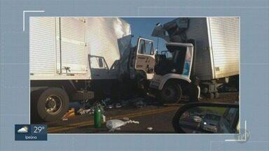 Dois caminhões e um carro se envolvem em batida em Itapira - Acidente ocorreu na Rodovia Comendador Virgulino de Oliveira.