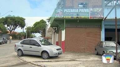 PM aposentado reage a assalto e morre em troca de tiros com criminoso em São José - Policial aposentado de 52 anos trabalhava em uma pizzaria com o filho. Assaltante também foi baleado e morreu no local.