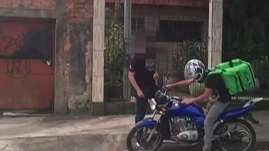 Suspeitos de venderem drogas por aplicativo e entregá-las via motoboys são presos - A quadrilha era comandada por um presidiário de dentro da Cadeia Pública de Porto Alegre.