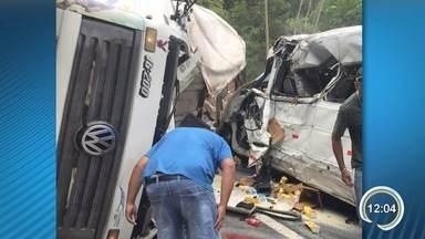 Acidente entre caminhão, van e carro deixa dez feridos na Tamoios - Motorista do caminhão perdeu o controle e atingiu uma van e um carro.