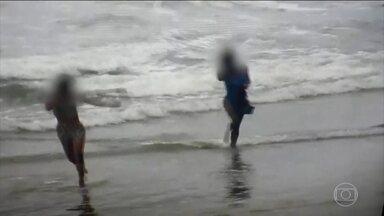 Funcionários públicos usam câmeras de segurança para filmar mulheres em praia do Paraná - O Ministério Público Estadual do Paraná está investigando o desvio de conduta de funcionários públicos da Prefeitura de Guaratuba. Eles usavam as câmeras de monitoramento instaladas na praia para filmar mulheres de biquíni.