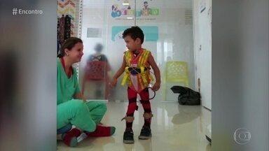 Dudu andou pela primeira vez com ajuda da fisioterapeuta - Fisioterapeuta chorou ao ver primeiros passos de criança