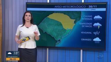 Tempo: há risco de chuvas intensas, vendaval e queda de granizo em parte do RS nesta sexta - Na Região da Serra as temperaturas não passam dos 23ºC.