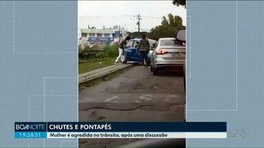 Mulher é agredida após discussão no trânsito em Curitiba - A briga durou 40 minutos e foi registrada.