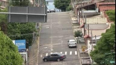 Suspeitos de assaltar casa no Jardim Universo são presos - Crime foi na noite de sexta-feira (30) e vítimas foram abordadas quando chegaram em casa.
