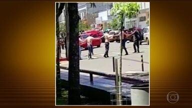 Polícia do RS procura os bandidos que assaltaram dois bancos no interior do estado - O gerente de uma das agências bancárias, que tinha sido feito refém, morreu durante um tiroteio.