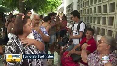 Pacientes dormem em fila para marcação de consultas oftalmológicas no Recife - Previsão é de que o espaço fique lotado até o fim desta semana, segundo a assessoria de imprensa da Fundação Ação Visual.