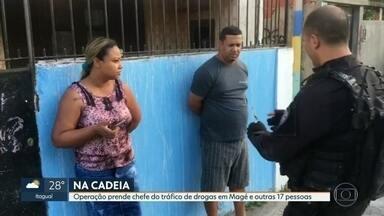Operação prende 18 pessoas ligadas ao tráfico de drogas em Magé - A operação foi uma parceria da Polícia Civil com o Ministério Público, a missão era cumprir 36 mandados de prisão, entre eles, o traficante Leonado Pinto Salvador, chefe do tráfico de drogas em Magé. Dos 36 mandados de prisão, 9 são para mulheres.