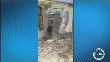 Criminosos armados com fuzis explodem caixa eletrônico em São José do Barreiro - Durante a ação, uma parte do grupo atirou contra a base da Polícia Militar e ateou fogo em carros nas ruas.