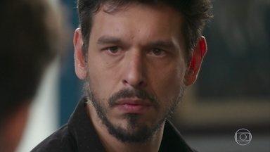 Alain se descontrola ao ver Cris beijando Jorge em cena - Cris exige que Alain se desculpe com Jorge por ter se excedido