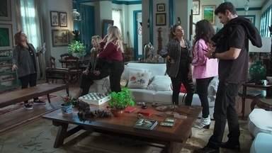 A equipe de cinema se reúne para ir à fazenda - Isabel chega com Priscila e avisa que vai cobrir a viagem para o jornal
