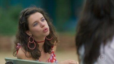 Elisa e Lourdes conversam na praça - Lourdes diz pra Elisa que vai investir em Olavo. Geandro observa tudo.