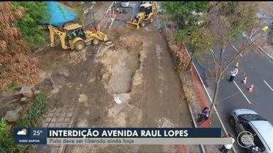 Empresa inicia recuperação de cratera aberta em avenida em Teresina - Empresa inicia recuperação de cratera aberta em avenida em Teresina