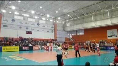 Vôlei e basquete de Bauru vencem seus jogos em torneios nacionais - As meninas do Sesi-Bauru venceram o Curitiba, fora de casa, e se reabilitaram na Superliga. O Bauru Basket também voltou a vencer no NBB ao bater o Paulistano em partida disputada no ginásio Panela de Pressão.