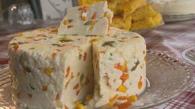 Aprenda a fazer um queijo temperado - Receita é típica de uma fazenda de Cachoeira do Manteiga, distrito de Buritizeiro, que serviu de cenário para o especial Dia de Reis, produzido pela Globo em Minas.