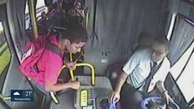 Bandidos atacam passageiros de ônibus nos mesmos horários, no Caju - Uma dupla de assaltantes vem agindo nos mesmos horários e no mesmo local. Todo mundo sabe quando os bandidos vão aparecer, menos a polícia.
