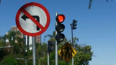 É proibido virar à esquerda em três avenidas de Cascavel, mas infrações são constantes - Motoristas ainda desrespeitam a sinalização nas avenidas Brasil, Tancredo e Barão do Rio Branco.