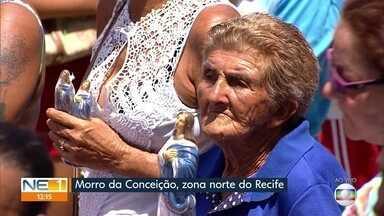 Fiéis lotam ladeiras para celebrar dia de Nossa Senhora da Conceição no Recife - Movimento no Morro da Conceição foi grande na manhã deste sábado (8).