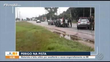Motorista de aplicativo tem carro invadido e é feito refém na BR-316 - Motorista de aplicativo de celular teve carro invadido na noite desta sexta, 7. Vítimas foram liberadas após 1h30 de negociação.