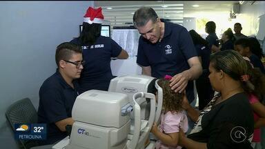 """Crianças recebem atendimento oftalmológicos e presentes, durante ação em Petrolina - A ação foi batizada de """"Neste natal veja com os olhos do coração""""."""