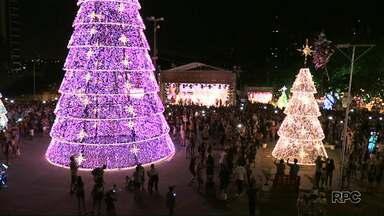 Moradores lotam Praça da Paz para ver a chegada do Papai Noel - O natal da fronteira segue até janeiro