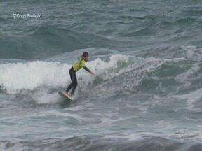 Conheça duas promessas do surfe feminino da Baixada Santista - Carol Bastides e Maria Beatriz, a Bibi, se apaixonaram pelo surfe incentivadas pelos pais surfistas, que quando podem dividem as mesmas ondas com as herdeiras.