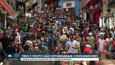 Frio e vento não intimidaram os consumidores há pouco mais de duas semanas para o Natal - Lojistas da Rua 25 de Março estimam movimento de 1 milhão de pessoas neste sábado.