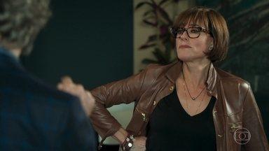 Dom Sabino fica com ciúmes de Livaldo - Carmen fica chateada e os dois discutem. Livaldo pensa em como sair da casa da mãe de Samuca