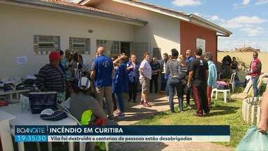 Famílias ficam desabrigadas depois de incêndio destruir vila inteira em Curitiba - Para a Polícia Militar, o fogo foi provocado por pessoas ligadas ao crime organizado.
