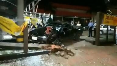 Carro bate em portão de mercado - Foi em Campo Mourão; motorista fugiu a pé, mas foi pego pela polícia